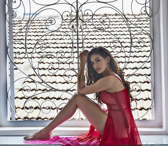kung fu yoga lead actress amyra dastur sexy seducing thunder thighs show