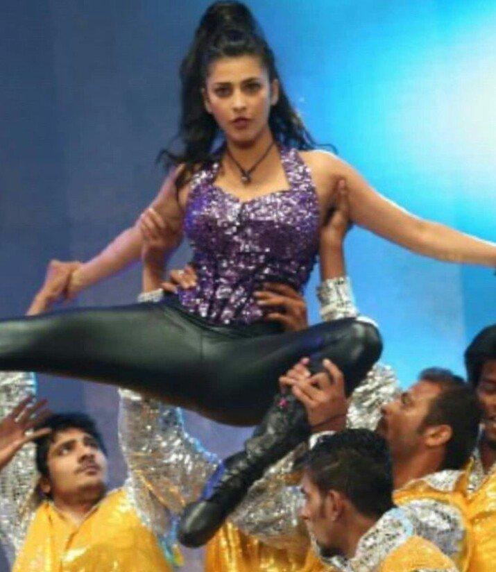 Touching Armpits-Shruthi haasan-sexy-creamy-shaven-yummy-actress-armpit-stills