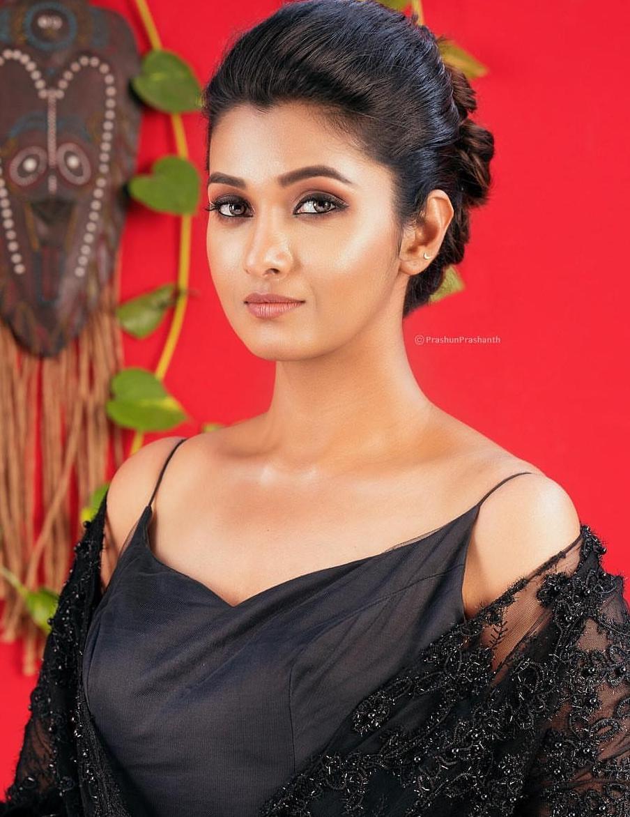 Meyaadha-Maan-lead-actress-Priya-Bhavani-Shankar-exposing-hot-slutty-look-photoshoot-images