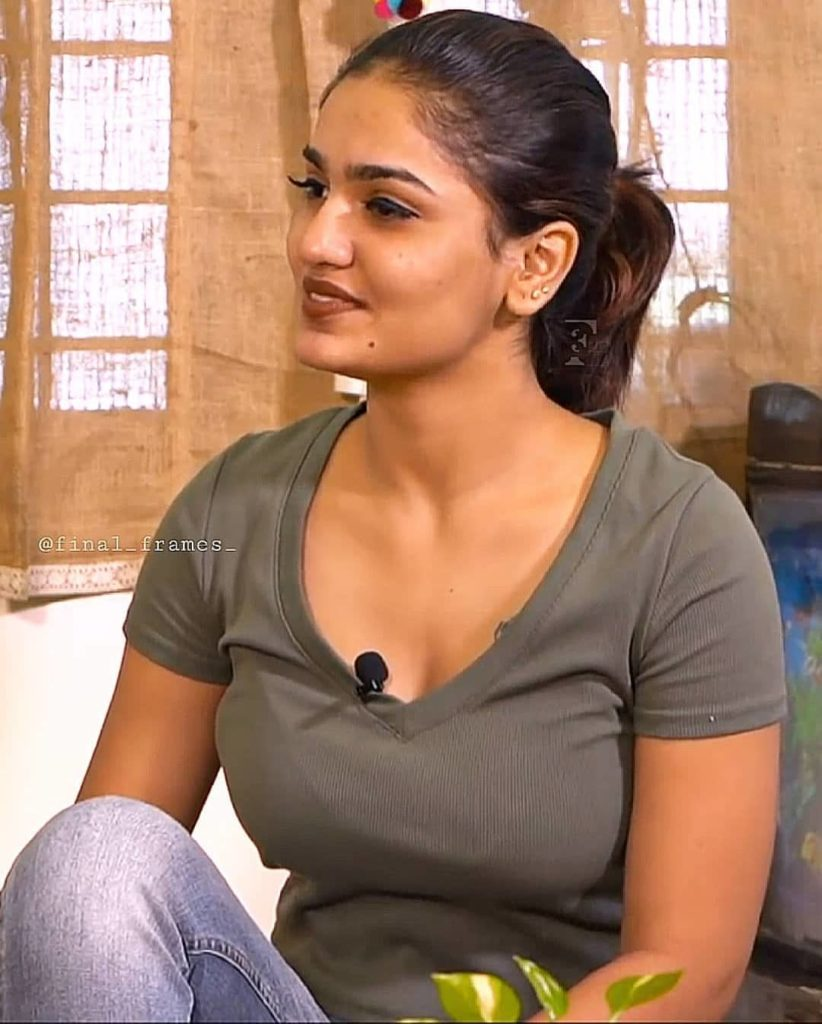 Mallu actress Saniya Iyappan sexy hot photo gallery cum biography