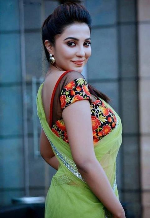 Parvatii Nair-sexy side boobs saree claveg - hot seductive mallu actress stills (1)