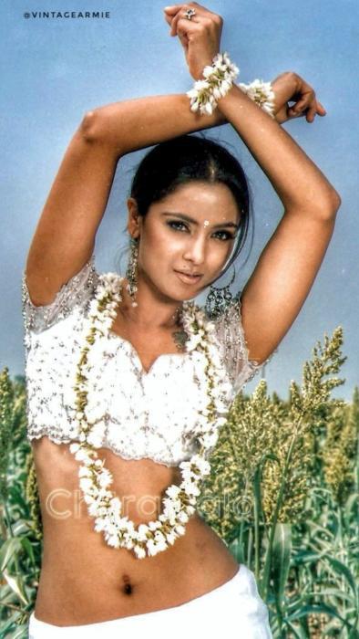 Kannedhirey Thondrinal-Thulladha Manamum Thullum-90s-movie-actress-90skidsDreamGirl-sexy-slim-yummy-navel-show-Simran-hot-lickable-navels-photos