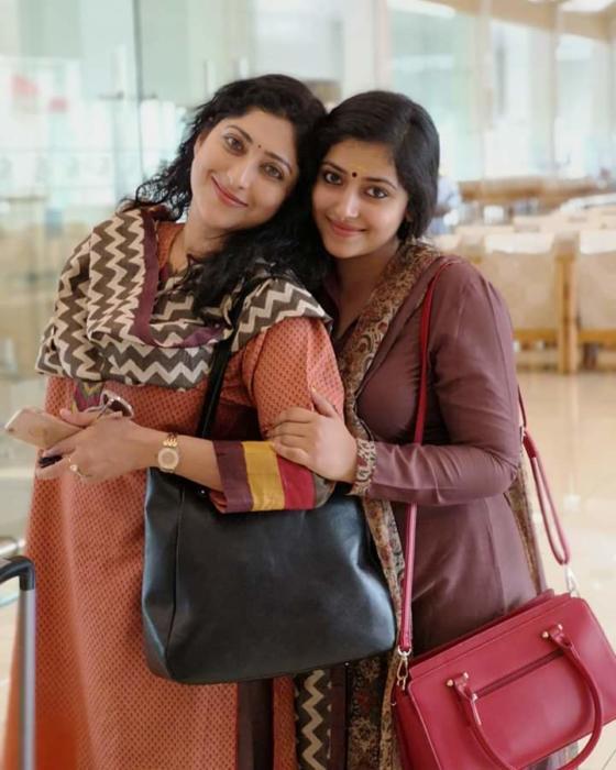 Lakshmi Gopalaswamy-chechi-hot-sexy-MILF-mallu-actress-busty-boobs-actress-with-anu sithara-teen-sexy-booby-beauty