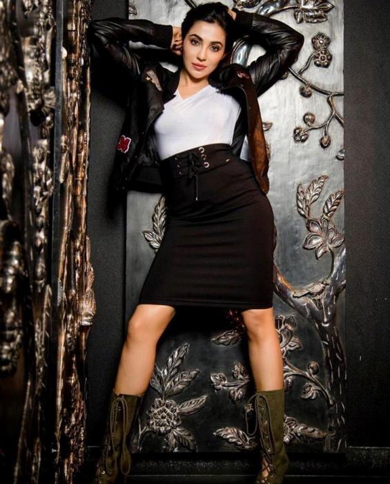 hot sexy legs mallu beauty parvatii nair meaty thighs show exposing Beauty queen photos-semahotsite.com